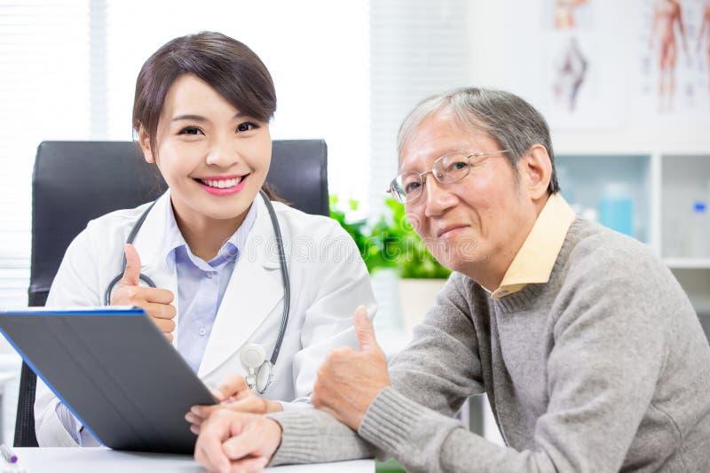 Doctor de sexo femenino con un más viejo paciente foto de archivo libre de regalías