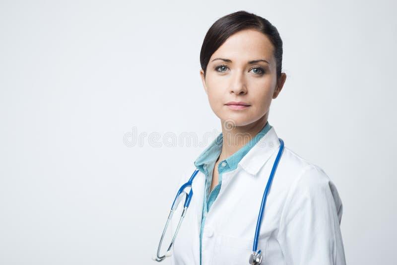 Doctor de sexo femenino confiado con la capa del laboratorio foto de archivo