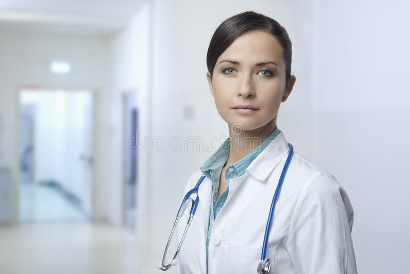 Doctor de sexo femenino confiado con la capa del laboratorio imagen de archivo