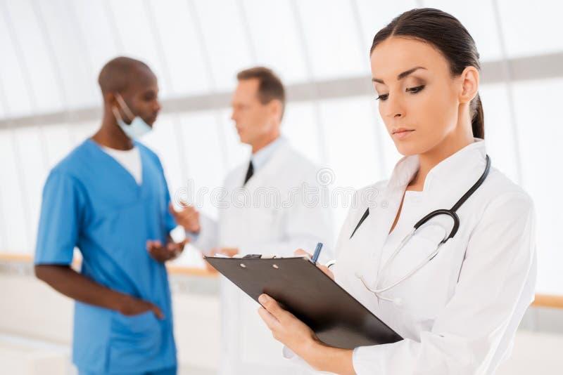 Doctor de sexo femenino confidente imagen de archivo