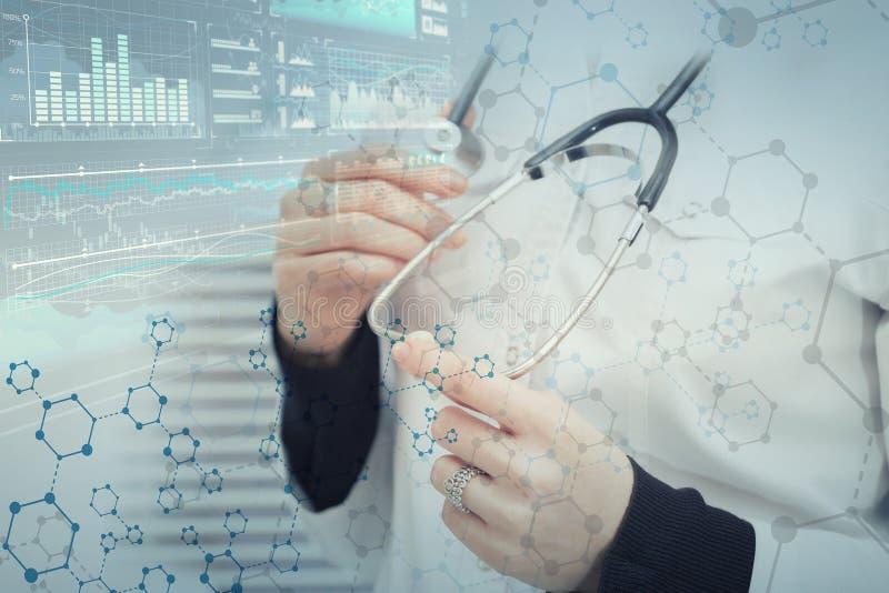 Doctor de sexo femenino contra un fondo médico abstracto con enrejado molecular foto de archivo