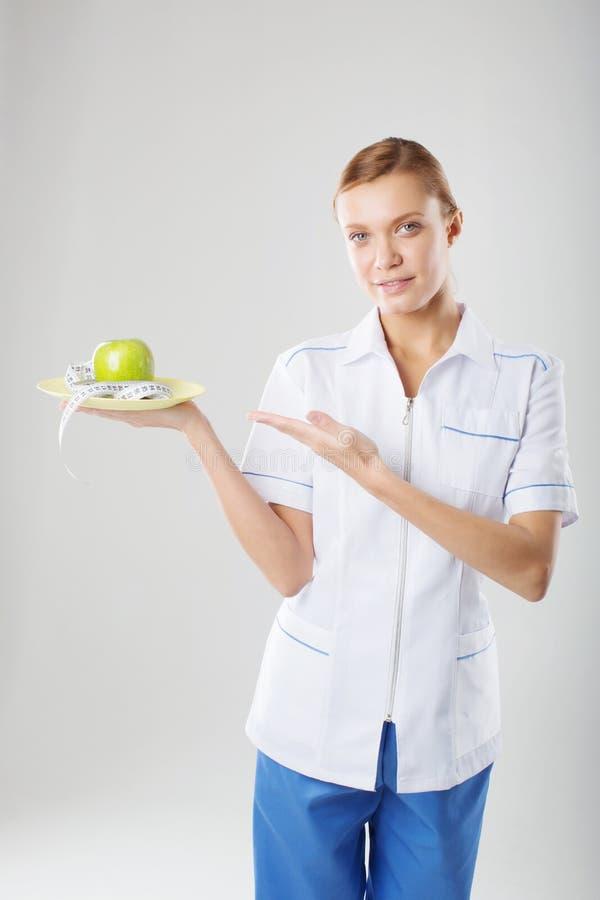 Doctor de sexo femenino del nutricionista que sostiene una manzana verde fotografía de archivo libre de regalías