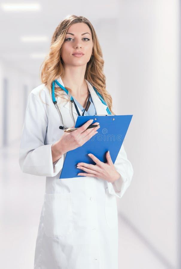 Doctor de sexo femenino en la capa quirúrgica blanca foto de archivo libre de regalías