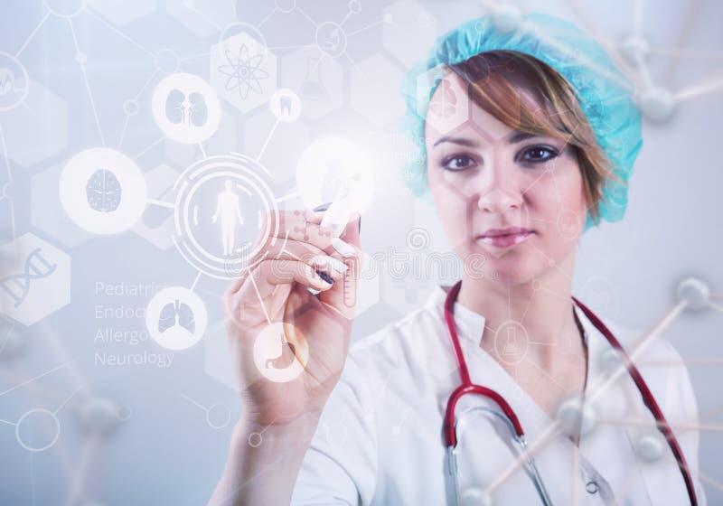 Doctor de sexo femenino hermoso e interfaz virtual del ordenador foto de archivo libre de regalías