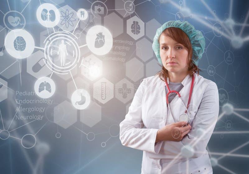 Doctor de sexo femenino hermoso e interfaz virtual del ordenador imagenes de archivo