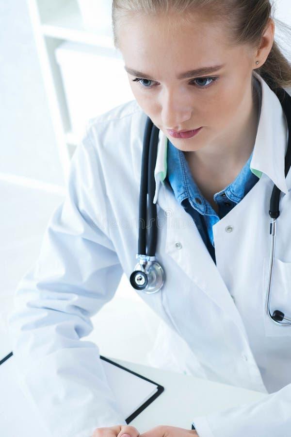 Doctor de sexo femenino hermoso de la medicina que escucha denuncias cuidadosamente pacientes Concepto de la asistencia médica o  foto de archivo libre de regalías