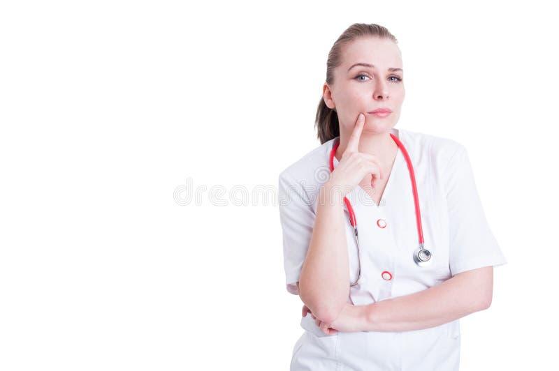 Doctor de sexo femenino hermoso que medita y que piensa en algo imagen de archivo