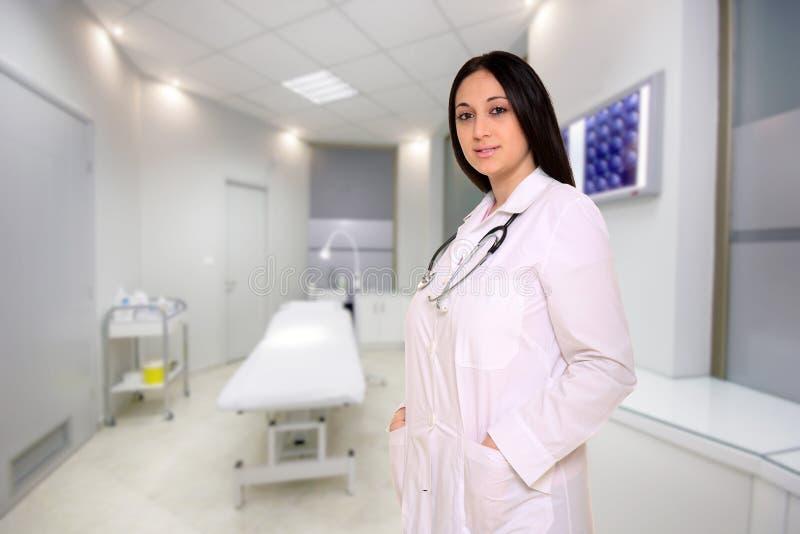 Doctor de sexo femenino joven imagen de archivo