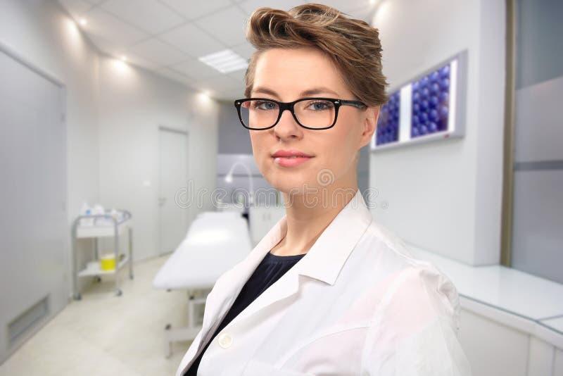 Doctor de sexo femenino joven foto de archivo