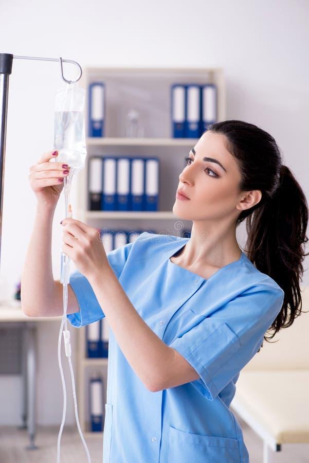 Doctor de sexo femenino joven en concepto de la infusi?n imágenes de archivo libres de regalías