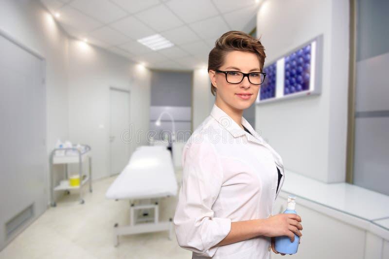 Doctor de sexo femenino joven en un centro de la asistencia médica imagen de archivo libre de regalías