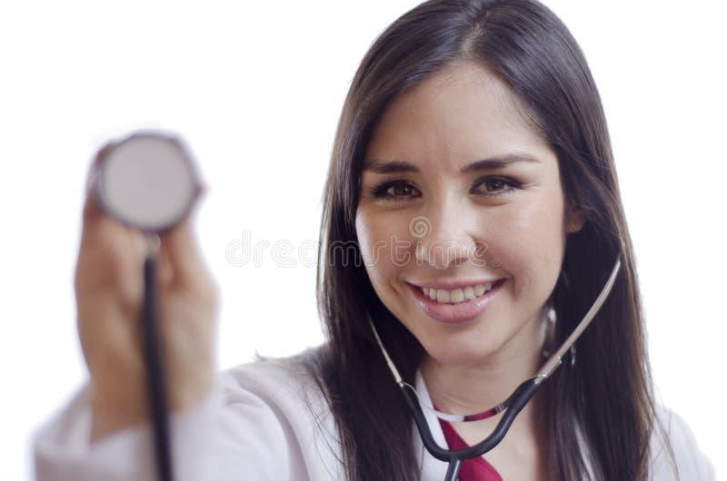 Doctor de sexo femenino lindo con el estetoscopio imagenes de archivo