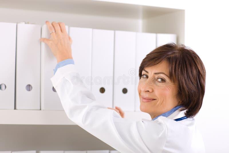 doctor de sexo femenino mayor   imagenes de archivo