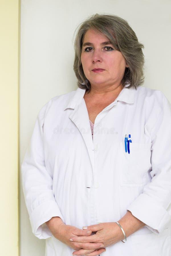 Doctor de sexo femenino mayor fotos de archivo libres de regalías