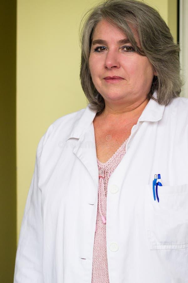 Doctor de sexo femenino mayor imagen de archivo