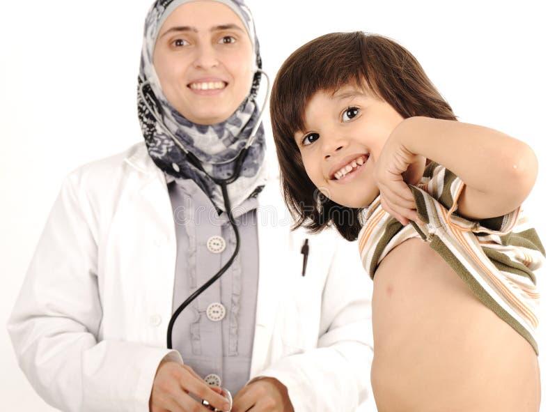 Doctor de sexo femenino musulmán en hospital fotografía de archivo