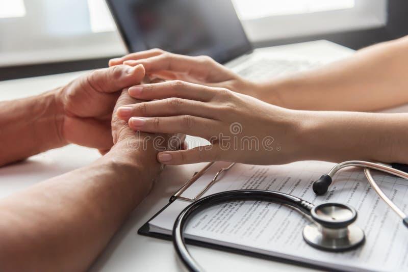 Doctor de sexo femenino que consulta con el paciente del hombre mayor foto de archivo libre de regalías