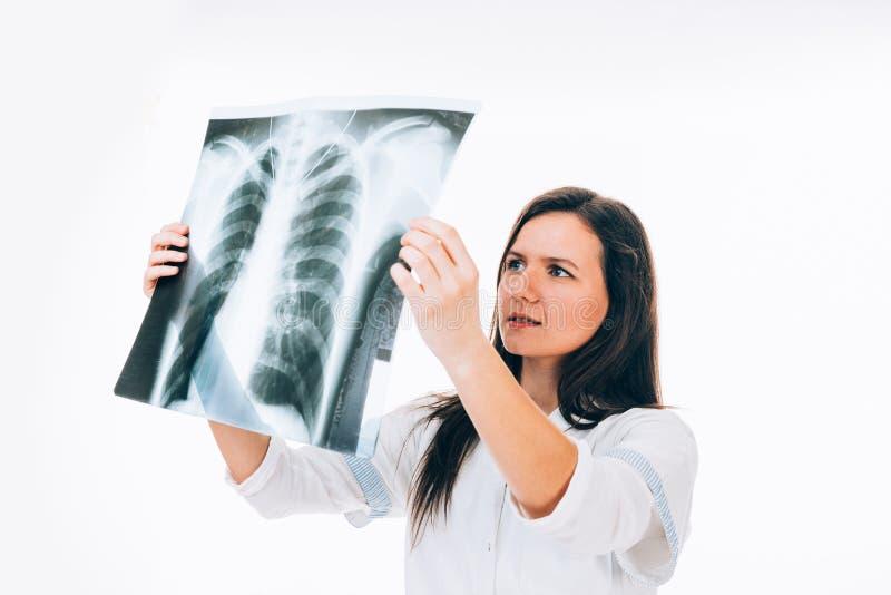 Doctor de sexo femenino que controla imagen de la radiografía imagen de archivo libre de regalías