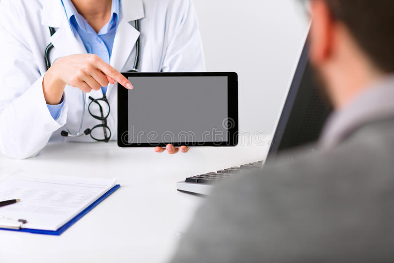 Doctor de sexo femenino que escucha atento un paciente fotografía de archivo