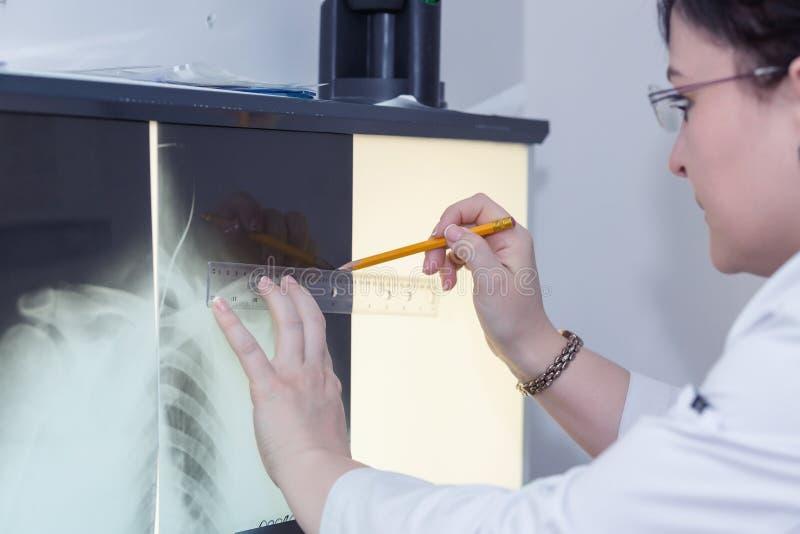 Doctor de sexo femenino que examina una radiografía imagen de archivo