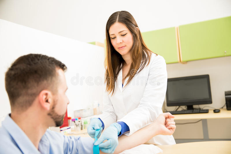 Doctor de sexo femenino que hace análisis de la sangre foto de archivo libre de regalías