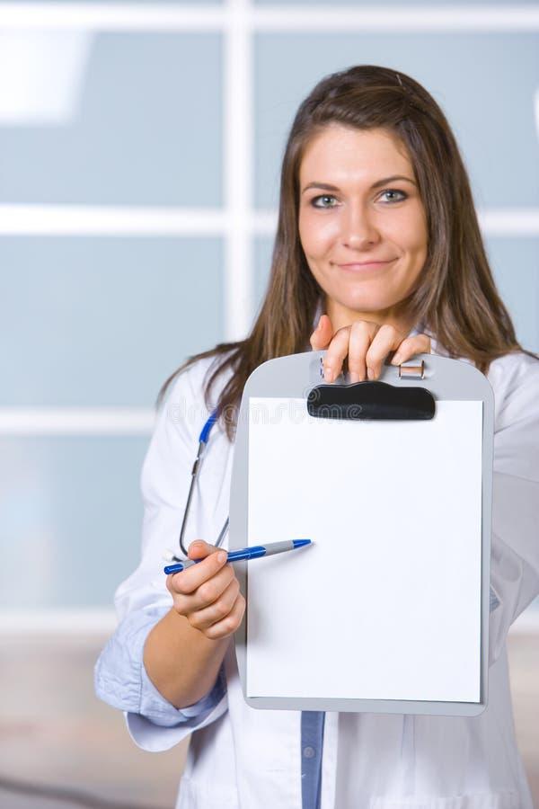Doctor de sexo femenino que lleva a cabo la carta en blanco imagenes de archivo