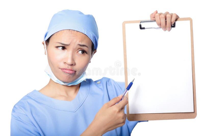 Doctor de sexo femenino que muestra el expediente de salud en blanco foto de archivo libre de regalías