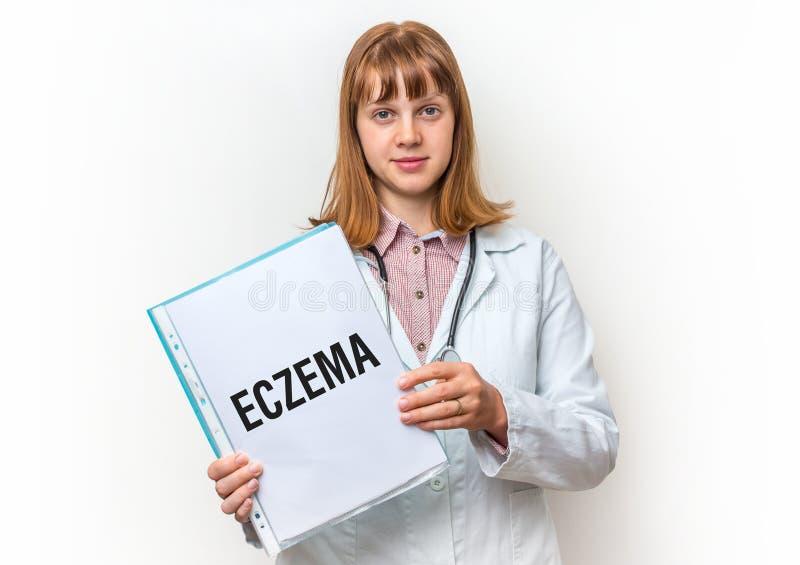 Doctor de sexo femenino que muestra el tablero con el texto escrito: Eczema fotografía de archivo
