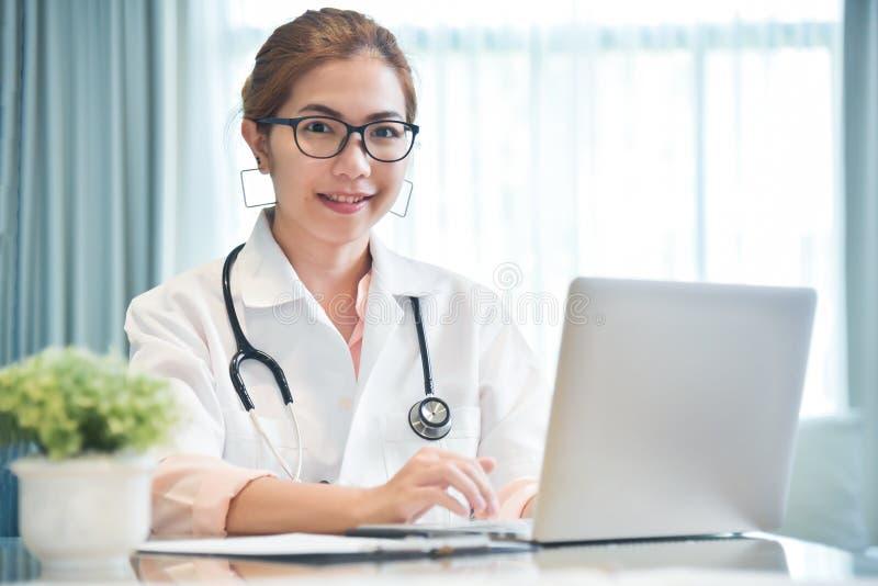 Doctor de sexo femenino que trabaja con el ordenador portátil fotos de archivo libres de regalías