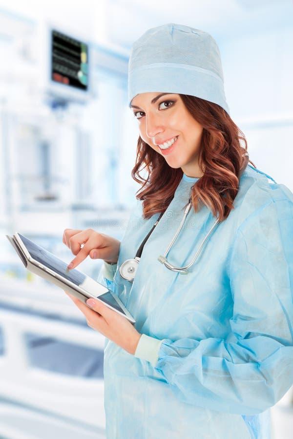 Doctor de sexo femenino que usa el ordenador de la tablilla fotografía de archivo libre de regalías