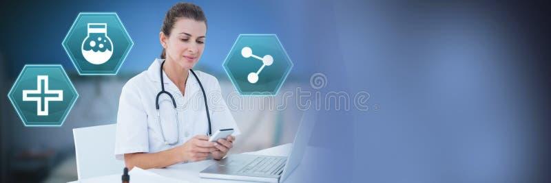 Doctor de sexo femenino que usa el teléfono con los iconos médicos del hexágono del interfaz fotos de archivo
