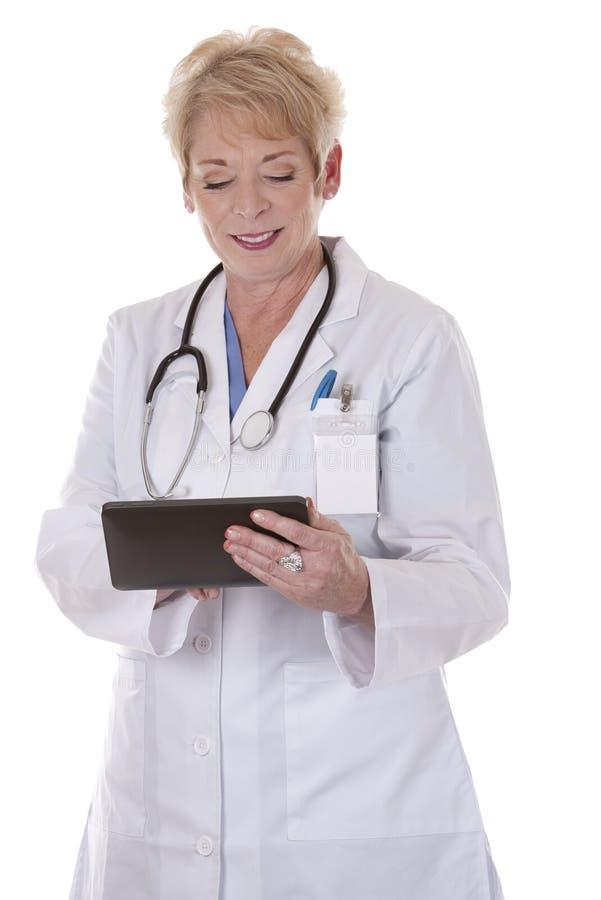 Doctor de sexo femenino que usa la tablilla fotografía de archivo