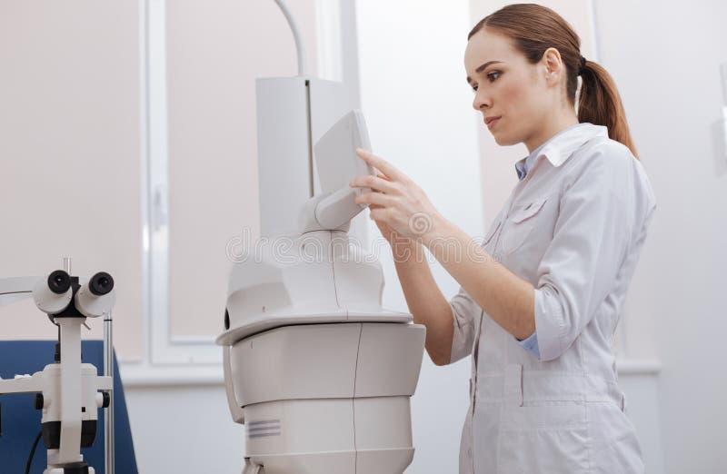 Doctor de sexo femenino serio que elige los ajustes fotos de archivo libres de regalías