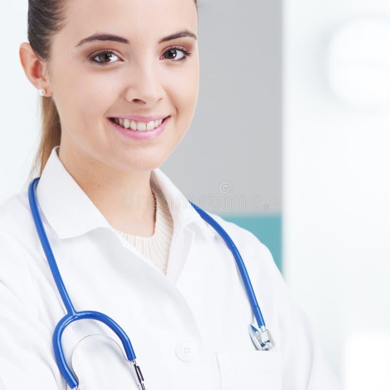 Doctor de sexo femenino sonriente imagen de archivo libre de regalías