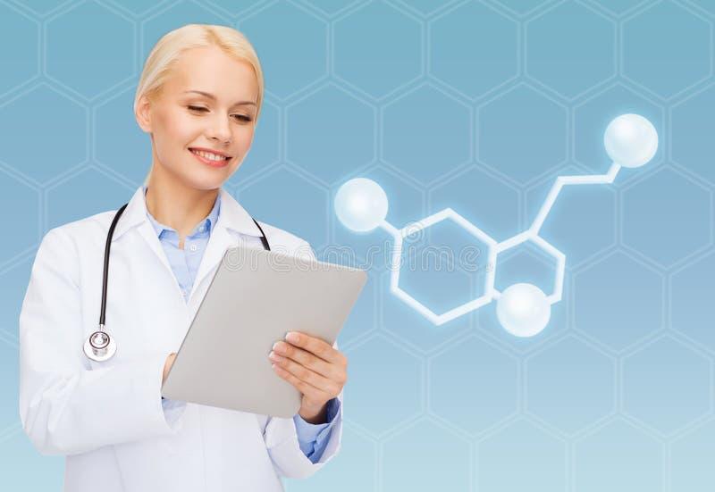 Doctor de sexo femenino sonriente con PC y la molécula de la tableta fotografía de archivo libre de regalías