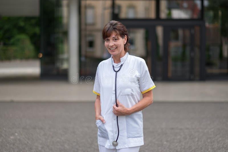 Doctor de sexo femenino sonriente confiado fotos de archivo