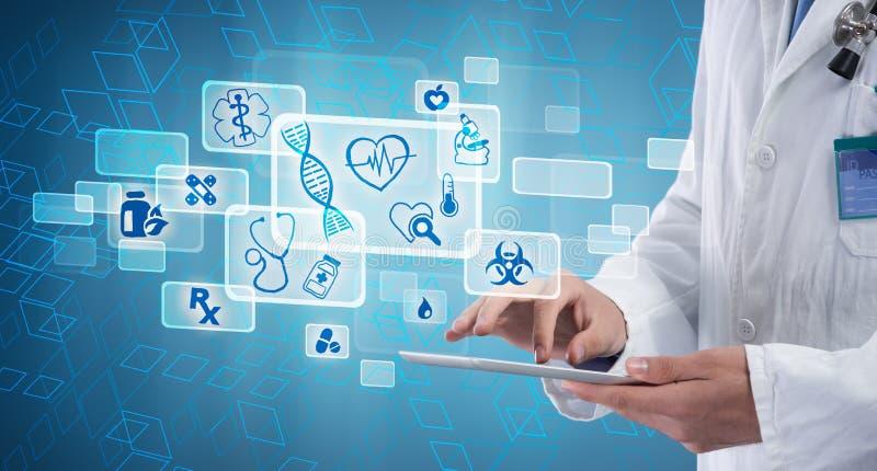 Doctor de sexo masculino con la tableta foto de archivo libre de regalías