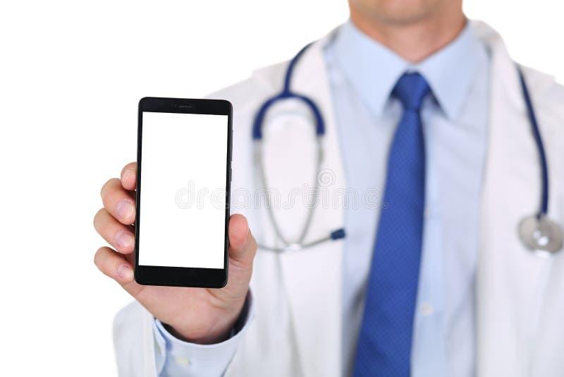 Doctor de sexo masculino de la medicina que sostiene el teléfono móvil imágenes de archivo libres de regalías
