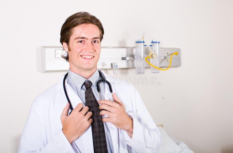 Doctor de sexo masculino joven fotografía de archivo