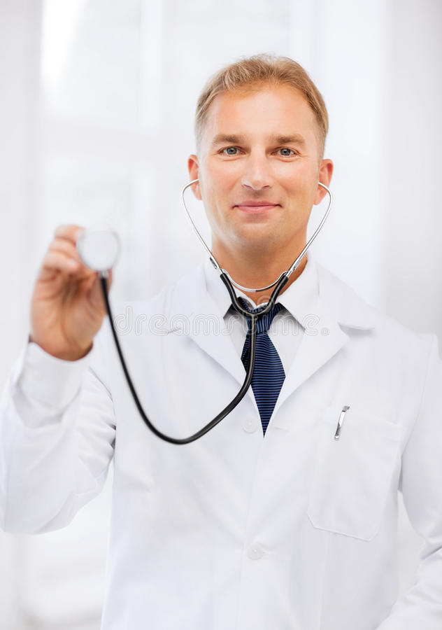 Doctor de sexo masculino joven con el estetoscopio fotos de archivo libres de regalías