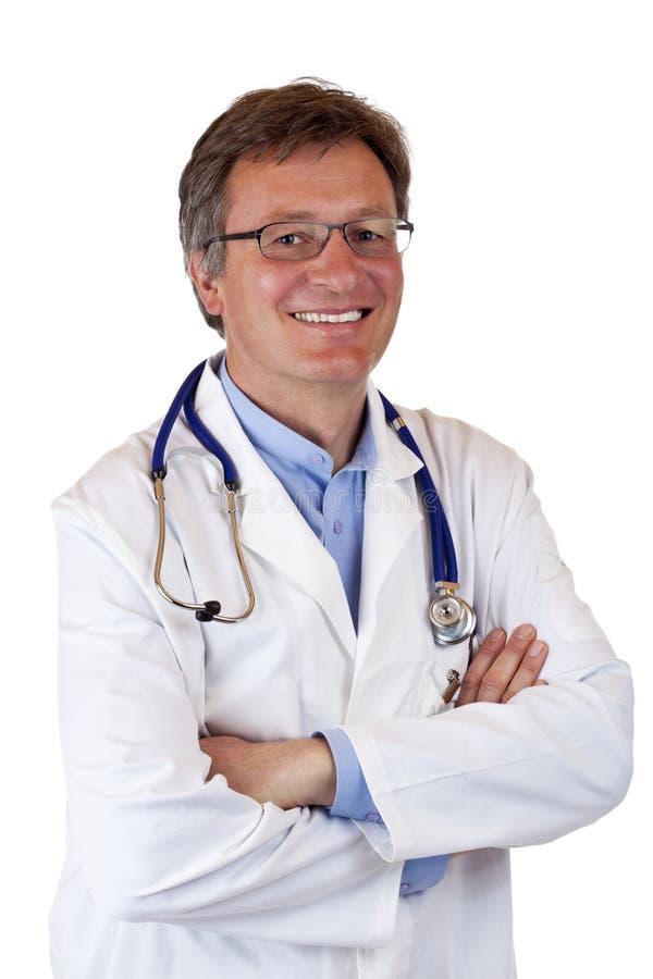 Doctor de sexo masculino mayor seguro de sí mismo sonriente feliz imagen de archivo