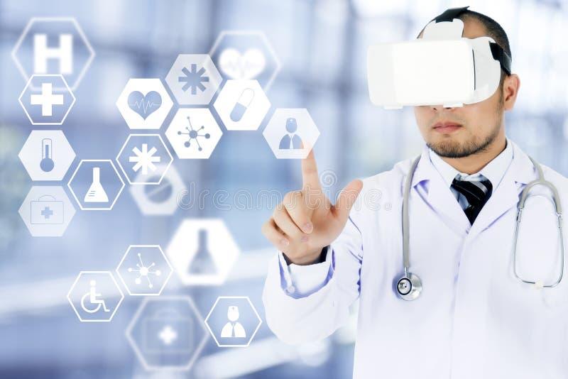 Doctor de sexo masculino que lleva el icono conmovedor de las auriculares de la realidad virtual en el MED foto de archivo libre de regalías
