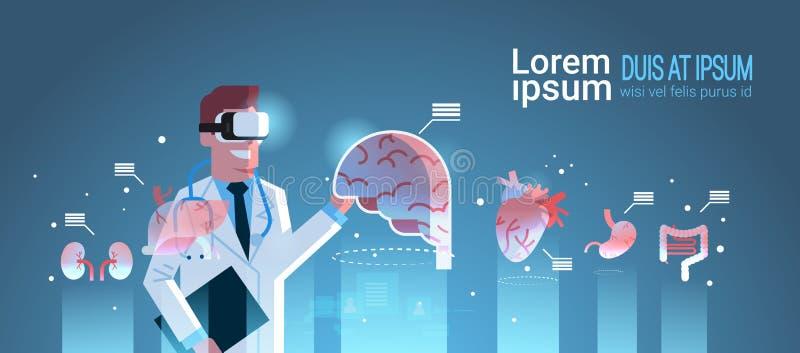 Doctor de sexo masculino que lleva los vidrios digitales que miran las auriculares médicas del vr de la anatomía infographic de l ilustración del vector