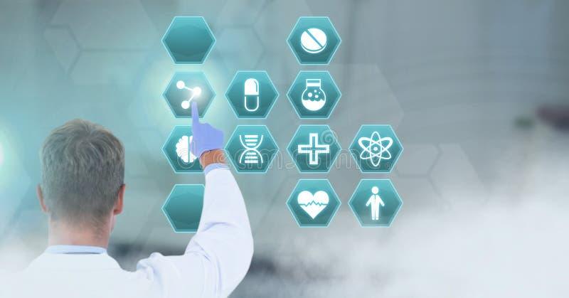 Doctor de sexo masculino que obra recíprocamente con el interfaz médico del hexágono imagenes de archivo