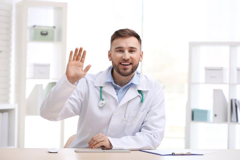 Doctor de sexo masculino usando la charla video, visión desde la perspectiva de la cámara imagen de archivo libre de regalías