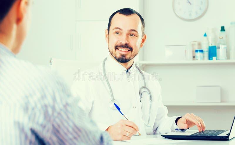 Doctor de sexo masculino y paciente femenino fotos de archivo libres de regalías