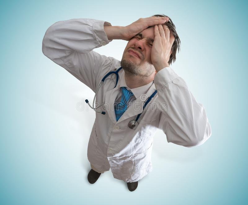 Doctor decepcionado y subrayado Concepto del fracaso y de la negligencia imagenes de archivo