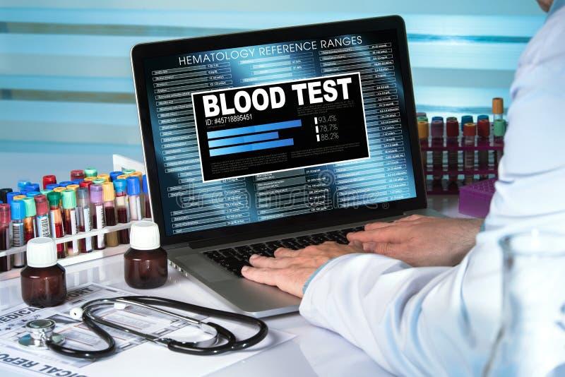 Doctor del análisis de sangre en resultados de examen del laboratorio de la muestra de sangre en c fotos de archivo