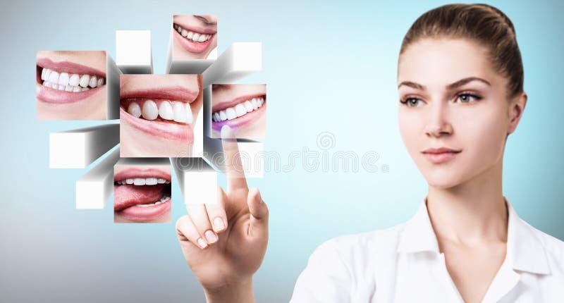 Doctor del dentista que señala con el finger en el collage de sonrisas hermosas sanas foto de archivo