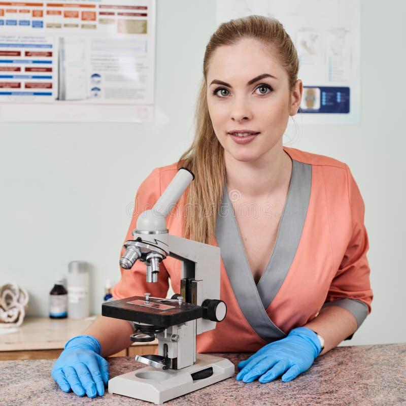 Doctor del veterinario con el microscopio imagen de archivo libre de regalías